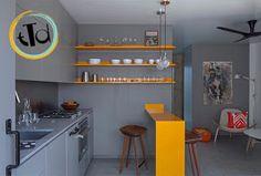il rivestimento murario può essere della stessa tonalità sia per i mobili della sala che quelli della cucina, in modo da creare un unico ambiente, dove l'elemento chiave è il tavolo (ovviamente color zafferano).
