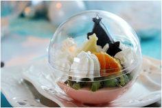 Une boule transparente pleine de gourmandises et un jus de pommes chaud aux épices......