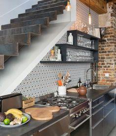coin cuisine industrielle sous escalier, etagere et plan de travail couleur anthracite, mur en briques, petite cuisine grise très sympa