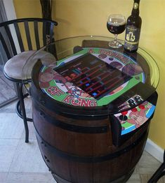 Barrels and Donkey Kong go hand in hand, which makes things well suited for a tabletop Donkey Kong arcade game on a wine barrel. Joel Griffin Dodd, builder of the arcade, intended on having a fun setup where you can play and have beer and drinks. Donkey Kong Arcade Machine, Table Baril, Donkey Kong Games, Wine Barrel Table, Wine Barrels, Beer Table, Deco Gamer, Arcade Table, Diy Tisch