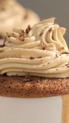 Cupcake de café com chantilly, charmoso e super saboroso.