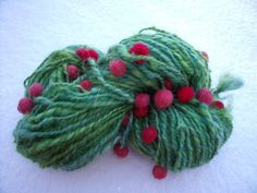 Heureux Houx est une laine fantaisie verte entièrement filée et teinte à la main.  Elle est constituée d'un brin de  mohair (chèvre dite 'angora'), et