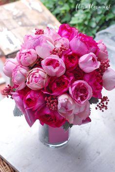 ピンクイブピアチェ、イブミオラ、ラネクドウッドとイブピアチェ レッドペッパーベリー添え 親友になれそうな花嫁様へお届けしたクラッチブーケ 東京目黒不動前フラワースタジオフローラフローラ