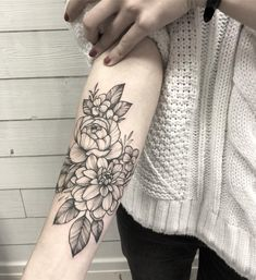 50 Chic And Sexy Arm Floral Tattoo Designs You Must Know - Page 37 of Mini Tattoos, Trendy Tattoos, Flower Tattoos, New Tattoos, Small Tattoos, Flower Outline Tattoo, Tatoos, Basic Tattoos, Tattoos Pics