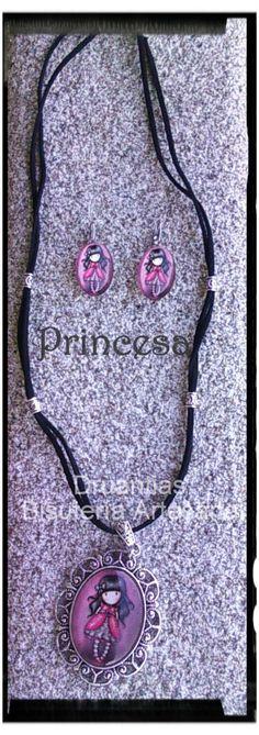 Conjunto Princess compuesto de:  Collar en antelina con camafeo labrado oval grande Y pendientes ovales. Todo con decoración en metal plateado.  (las piezas se pueden vender por separado)