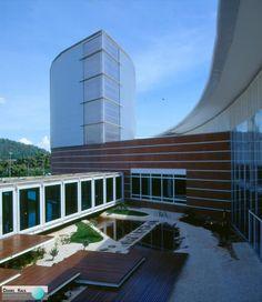Localizado na cidade de Ipatinga, Minas Gerais, o Centro Cultural Usiminas é fruto de um concurso regional de arquitetura, que previa a construção de um espaço cultural para a população. Em seu interior, há um jardim, protegido da poluição visual e sonora e, ao redor, foram construídos os edifícios. Projeto: Sito Arquitetura.