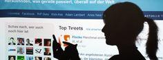 Smartphone-Nutzerin: Direkter Zugang zum Nachrichtenfluss http://www.spiegel.de/netzwelt/web/google-zeigt-tweets-von-twitter-in-den-suchergebnissen-an-a-1034635.html