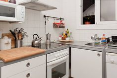 Apartamento en Barcelona, España. Private bedroom for 2 in a big apartment to share with 2 adults. It's located in the heart of Rambla Poblenou with Taulat street, very close to the best Barcelona beaches (Bogatell and Marbella). Clean bed linen, towels, free wi-fi internet.