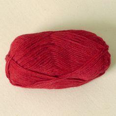 Strickwolle aus 100% Alpaka, für Nadelstärke 3,5-4, Lauflänge ca. 110 m, 50 g   Hergestellt aus Südamerikanischer Alpakawolle.   Die Farben sind im Säurefärbeverfahren mit Farben mit Ökotex 100 Zertifizierung gefärbt. Sonst ist...