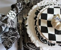 Elegant and stylish Black And White Thanksgiving table decoration
