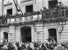 MURCIA, 31/03/1939.- El jefe de la IVª Brigada de Navarra, general Camilo Alonso Vega y otras autoridades saludan desde el balcón del ayuntamiento de Murcia, tras la ocupación de la ciudad por las tropas nacionales el pasado día 31 de marzo. EFE/López/jgb