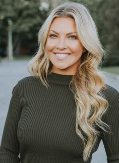 Cheryl Hickey of ET Canada looking very pretty with wavy blond locks, a look that is very much back. Entertainment Tonight, Hockey Girls, Ice Hockey, Cheryl, Gorgeous Women, Locks, Blond, Canada, Long Hair Styles