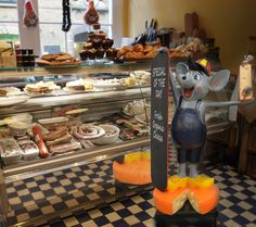 This happy mouse with his cheese and chalkboard is ideal for promoting your specials. Ideal for delicatessens, restaurants or cafes.