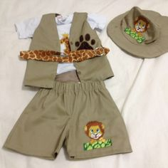 Safari baby rei leão Tamanho P - 1 ano Tamanho M - 2-3 anos Tamanho G - 4-5 anos TAMANHO P Costas (ombro á ombro) 21 cm Comprimento da camisa - 37 cm Comprimento da manga - 11 cm Circunferência do Braço - 22 cm Circunferência da Cintura - 45 cm Circunferência do Quadril - 62 cm Com... Jungle Theme Birthday, Lion King Birthday, Birthday Party Themes, Mickey Safari, Baby Shawer, Safari Party, Diy Clothing, Little Dresses, Bernardo