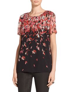 Add romance and sophistication to any look with this print blouse Floral Tops, Floral Prints, Floral Fashion, Fashion Sewing, Everyday Look, Printed Blouse, Casual Weekend, Glamour, Clothes For Women