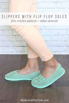 Fun! Cotton yarn and a rubber sole make this free crochet slippers with flip flop soles pattern perfect for wearing around the house (or even outside as crochet shoes!) Free crochet pattern and video tutorial! Easy Crochet Slippers, Crochet Slipper Boots, Crochet Sandals, Booties Crochet, Crochet Gratis, Free Crochet, Crochet Slipper Pattern, Crochet Patterns, Cheap Flip Flops