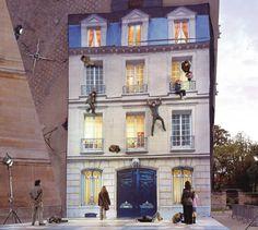 Instalaçao de arte faz visitantes 'escalarem' edifício através de ilusao de ótica