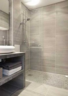Douche à l'italienne avec carrelage imitation parquet et grès