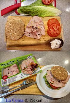 Se acerca la hora del almuerzo y además estamos en operación bikini. Solución: un delicioso sandwich de pavo relleno con pistachos de La Cuina acompañado de queso fresco y tomate. ¡Rico y saludable!