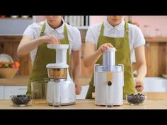Get the low down on what to look for when buying the best juicer! Cold Press, Centrifugal, Nutrient Quality, Easy To Clean, Low Noise - it's all covered! Healthy Juice Drinks, Healthy Juices, Detox Drinks, Smoothies, Juice Smoothie, Best Juicer To Buy, Hurom Juicer, Juice Master, Centrifugal Juicer