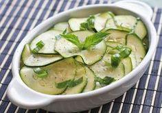 Salata de dovlecel - Ai un dovlecel prin frigider care zace de zile intregi nefericit si nebagat in seama? E bine de stiut ca una dintre cele mai simple si mai gustoase salate este cea de dovlecel