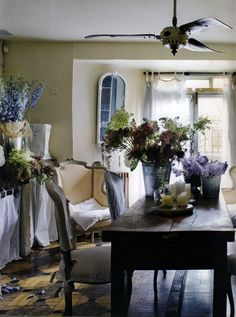 love this shabby chic dining room
