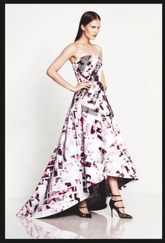 Vestido de fiesta en color blanco con detalles en negro y púrpura con acabado asimétrico en la falda - Foto Monique Lhuillier