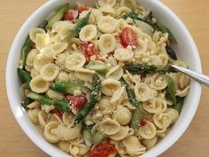 20 min Pasta with Spring Veggies! This looks so good. Might be worth a try :)