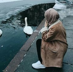 Find images and videos about fashion, islam and hijab on We Heart It - the app to get lost in what you love. Hijabi Girl, Girl Hijab, Hijab Outfit, Stylish Girls Photos, Stylish Girl Pic, Hijab Hipster, Hijab Dpz, Street Hijab Fashion, Niqab Fashion