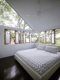 The Elliott Ripper House by Sydney-based Architect Christopher Polly is a study in expansiveness and connection (indoors to outdoors, first floor to second, and separate rooms into a larger open space).