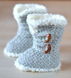 Knitting Pattern for Baby Boots These Ugg style baby booties feature a basketweave stitch and fake fur trim. Sizes 3-6 months, 6-9 months and 9-12 months #knittingpatternsbaby
