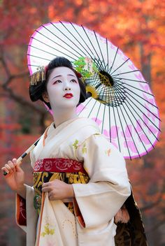 I love studying the geisha culture! I'm not an owner of most photos. Geisha Japan, Geisha Art, Japanese Geisha, Kyoto Japan, Japanese Beauty, Japanese Kimono, Vintage Japanese, Memoirs Of A Geisha, Art Asiatique