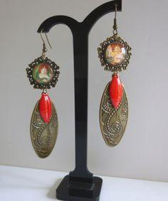 """Boucles d'oreille style Asie """"BHOUTAN"""" cabochon verre illustré ,filigrane métal bronze,sequin émaillé rouge : Boucles d'oreille par bleusoupir"""