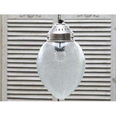Szklany klosz tej lampy przypomina złączone ze sobą liście.  Więcej na: www.lawendowykredens.pl