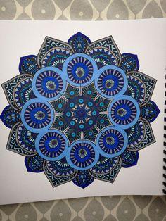 Uit het tweede enige echte mandala kleurboek: blauw/grijstinten: