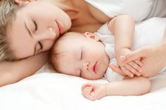 Karmienie piersią. Czy zasypianie przy piersi jest złe?