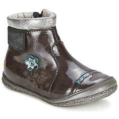 HELENE Braun / Silbern (Preis: 88,99 €) - Die Marke GBB ist für ihre einzigartigen Kreationen bekannt, was diese Boots Helene für Mädchen beweisen. Die Farbe schwarz, der Schaft aus Leder und das Innenfutter aus Leder machen daraus ein unabkömmliches Modell. Für den Komfort, ist er mit einer Innensohle aus Leder und einer weichen Kautschuksohle ausgestattet. Kinder stehen den Erwachsenen in Sachen Schuhen in nichts nach!