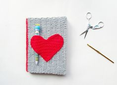 Great idea with the pencil holder. Little Things Blogged: Crochet Notebook Sweater #crochet #sweater #notebook