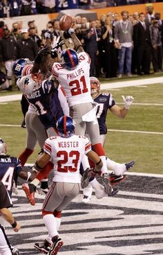 New York Giants safety Kenny Phillips (21) and New England Patriots tight end Aaron Hernandez (81) fight for the ball in the final play of the game during the second half of the NFL Super Bowl XLVI football game, Sunday, Feb. 5, 2012, in Indianapolis. The Giants won 21-17. (AP Photo/Elise Amendola) AP2012