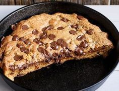 The giant cookie: an easy recipe, which will quickly become essential to your snacks!- Le cookie géant : une recette facile, qui deviendra vite indispensable à vos goûters ! The giant cookie: an easy recipe, which will become … - Skillet Chocolate Chip Cookie, Skillet Cookie, Chocolate Chip Cookies, Chocolate Chips, Köstliche Desserts, Dessert Recipes, Snacks Recipes, Giant Cookie Recipes, Giant Cookies