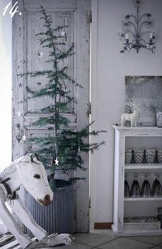 Love the Charlie Brown tree Charlie Brown Tree, Charlie Brown Christmas Tree, Little Christmas Trees, Christmas Room, Nordic Christmas, Primitive Christmas, Country Christmas, All Things Christmas, Winter Christmas