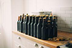 Não basta encher a geladeira de cerveja, é preciso também saber apreciar a bebida. Tomando alguns cuidados básicos, você preserva o aroma e sabor do líquido e ainda pode explorar melhor a sensação de cada gole. Listamos algumas dicas para te ajudar nessa tarefa. Armazenamento Parece um detalhe, mas o armazenamento correto da cerveja é muito importante para preservar todas as suas qualidades. Ao contrário do vinho, que é guardado deitado, as garrafas de cerveja devem ser armazenadas em pé…