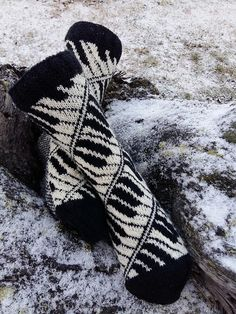 Ravelry: Pianissimo socks pattern by Lill C. Schei, for purchase Crochet Socks, Knit Mittens, Knit Or Crochet, Knitting Socks, Hand Knitting, Knit Socks, Knitted Slippers, Knitting Machine, Crochet Granny