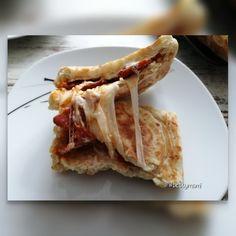 Töltött sajtos lepény | Betty hobbi konyhája Bacon, Ethnic Recipes, Food, Essen, Meals, Yemek, Pork Belly, Eten