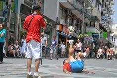Street entertainment for shopping malls http://streets-united.com/blog/freestyler-de-futbol-para-eventos-en-espana/