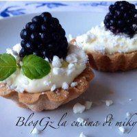Crostatine mignon senza glutine con crema al limone meringa e more http://blog.giallozafferano.it/idolcidimiky/crostatine-mignon-crema-meringa/