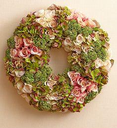 Krans van rozen, hortensia en sedum