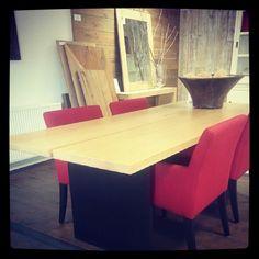 Two plank tafel eiken met zwart onderstel en rode stoelen - Fairwood meubelen