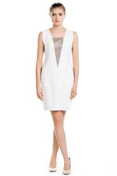 Geometryczna sukienka mini. Mini dress with geometric accents.