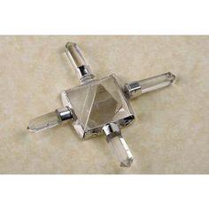 Pirámide de cuarzo cristal montada en estructura de metal con puntas del mismo mineral en cada uno de los cuatro lados.